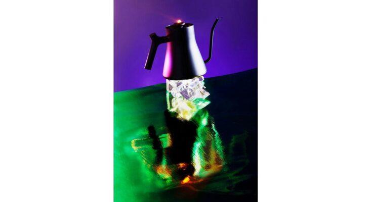 teapot on crystals - Illustration: Natalja Kent